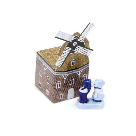 Delfts blauw kussend paartje in molen-doosje